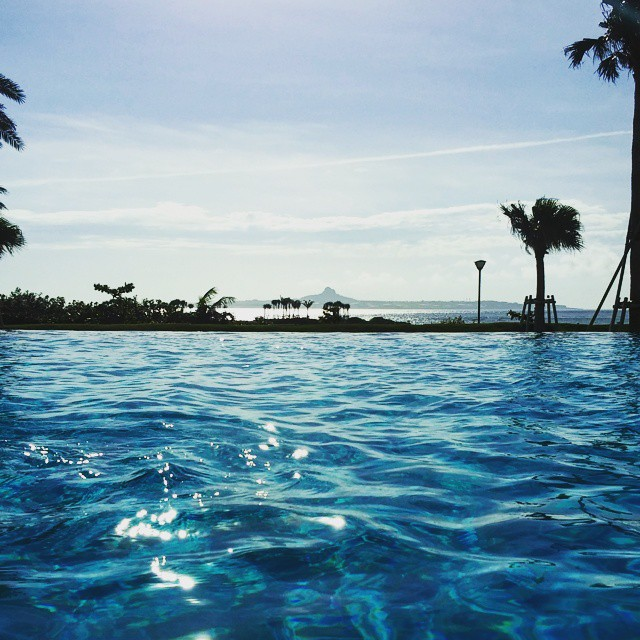 ホテルのアウトドアプールからは、眼前の東シナ海を望みながら優雅な時間を楽しむことができます。.そして、その視線の向こうには、雄峰、伊江島も.#沖縄 #本部町 #エメラルドビーチ #ホテルオリオンモトブリゾートアンドスパ  #海 #タラソテラピー #タラソスパ #タラソスパベルメール #thalasso #spa #hotelorionmotobu #sea #ocean #okinawa #MOTOBU #emeraldbeach