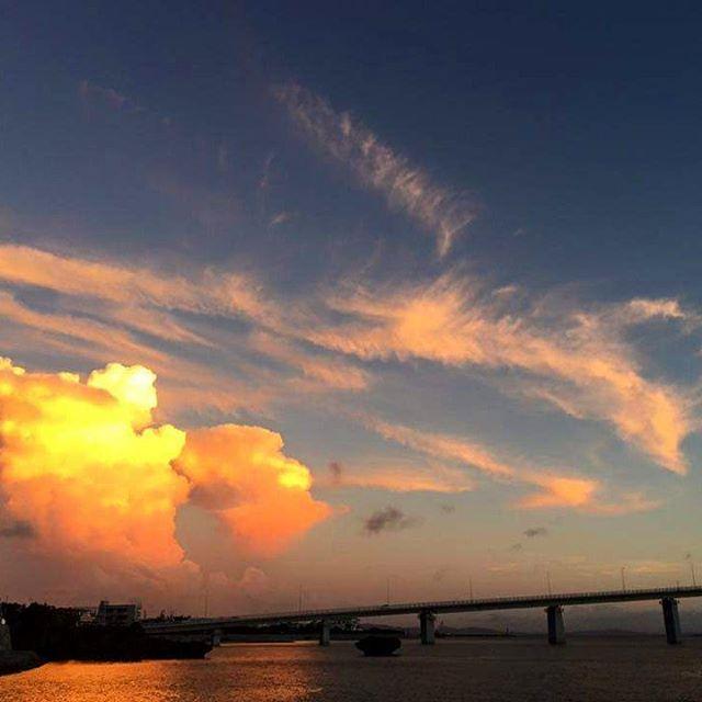 夕陽に輝くフェニックス雲️沖縄県内でも、トップクラスの夕陽の名所が北部の名護〜本部町にかけてのサンセット快晴の日は、多くのカメラマンが訪れるほど紅く輝く夕陽が連日続いていた時、夕陽とは逆の方向にシャッター音が、振り返るとフェニックスをと思わせる雲でした。思わずパチリ。今年の夏は、海と山とスパとリゾート、そしてサンセットの絶景全てが望める本部町へ訪れてみては如何でしょうか#沖縄#本部町#北部#やんばる#スパ#タラソ#タラソテラピー#海#ビーチ#リラックス#サンセット#okinawa#motobu#spa#thalasso#sea#ocean#beach#happy#beautiful#beauty#health#relax#summer#holiday#vacation#vacance#resort#trip#sunset
