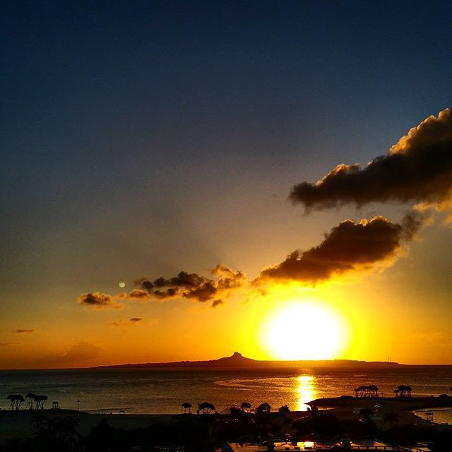 ホテルの全室からはもちろん、スパのプールからも伊江島に沈む夕陽が楽しめます.#沖縄#本部町#夕陽#夕日#スパ#タラソ#サンセット#海#ビーチ#リゾート#癒し#リラックス#okinawa#motobu#spa#thalasso#sea#ocean#beach#happy#beautiful#sunset#view#relax#summer#holiday#vacation#vacance#resort#trip